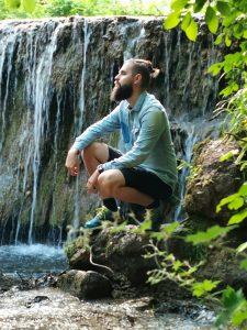 človek pri Hájskych vodopádoch